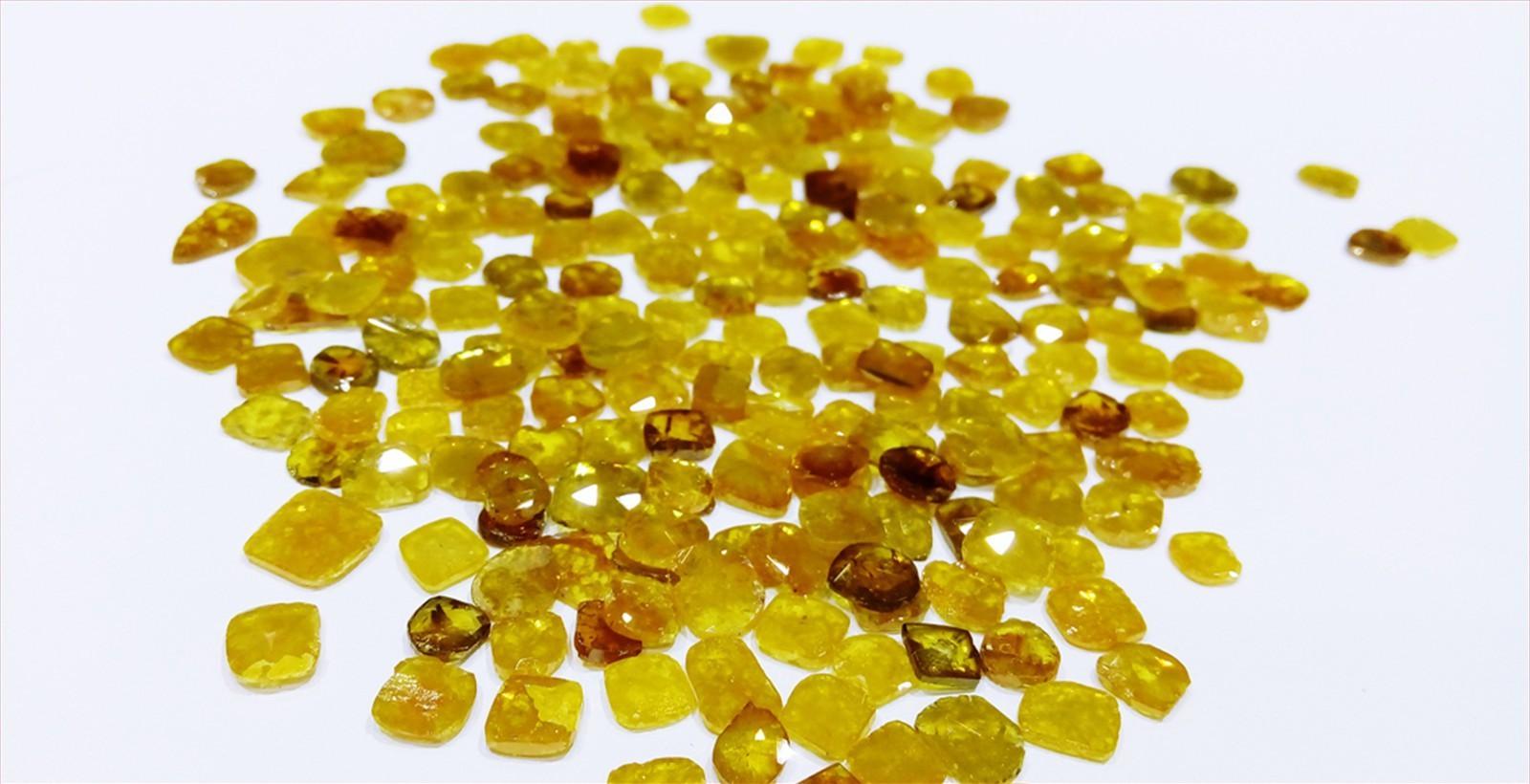 平面鑽石 <br /> <div> 白色,黃色,灰色,咖啡色,帶紅色,金色,混合顏色 </div>